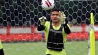 Penjaga gawang Bhayangkara FC Indra Adi Nugraha