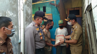 Penyerahan bantuan beras oleh Pemkot Bandar Lampung yang diwakilkan oleh Camat Panjang Bramado