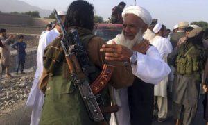 Petempur Taliban berkumpul bersama warga di distrik Surkhroad, Provinsi Nangarhar, Kabul, Afghanistan. (Foto: AP Photo)