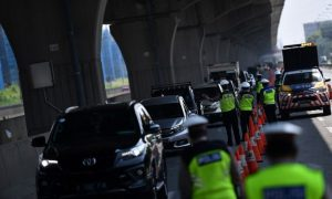 Petugas kepolisian memeriksa sejumlah kendaraan yang melintas di jalan Jakarta-Cikampek, Cikarang Barat, Jawa Barat. (Foto: Antara)