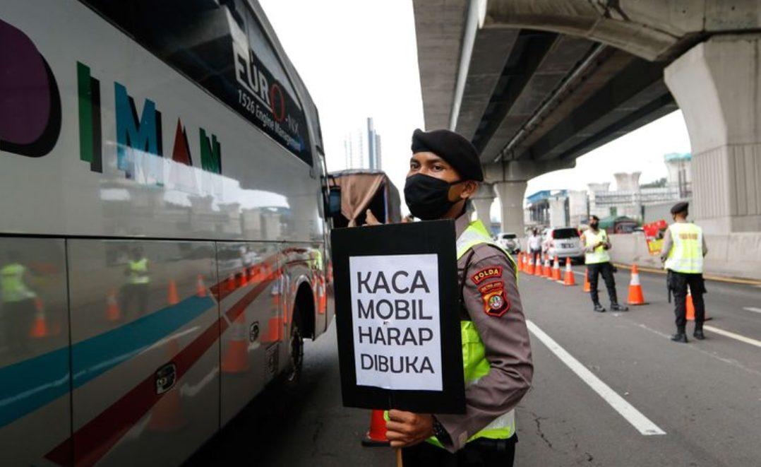 Petugas melakukan pemeriksaan di check point penyekatan pertama di ruas tol Jakarta - Cikampek Km 31, Kabupaten Bekasi, Jawa Barat. (Foto: Kompas.com)