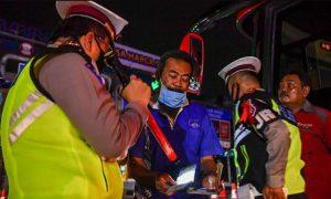 Petugas memeriksa dokumen pengemudi saat terjaring razia di pintu tol Cikarang Barat. (Foto: Antara)