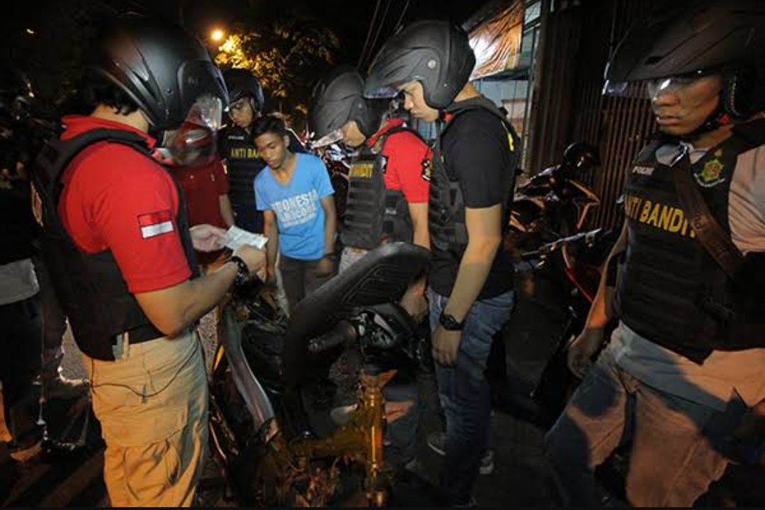 Pihak kepolisian saat melakuan aksi keamanan dan ketertiban di masyarakat pada malam hari. (Foto: Antara)