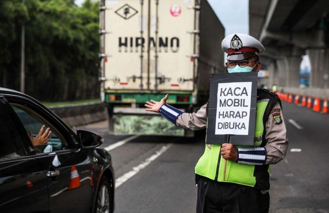 Polisi melakukan himbauan kepada penumpang yang melewati jalan tol Jakarta-Cikampek di Kabupaten Bekasi, Jawa Barat. (Foto: Kompas.com)