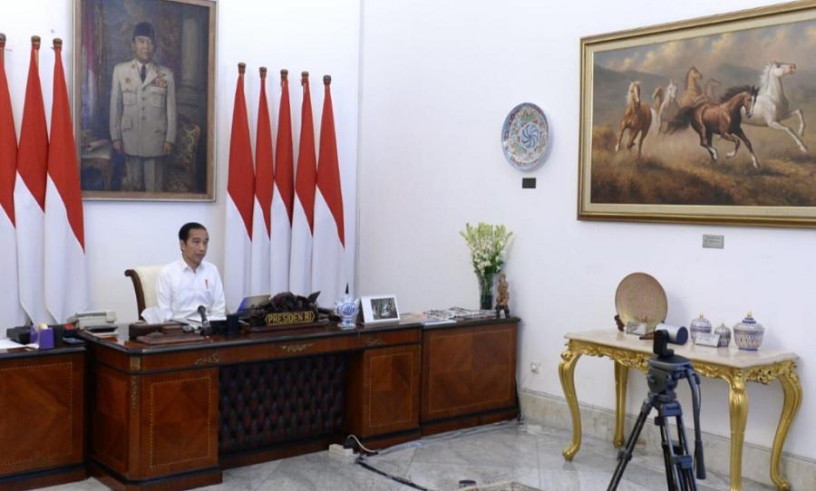 Presiden Joko Widodo memimpin rapat terbatas terkait antisipasi dampak kekeringan terhadap ketersediaan bahan pangan pokok secara telekonferensi dari Istana Merdeka