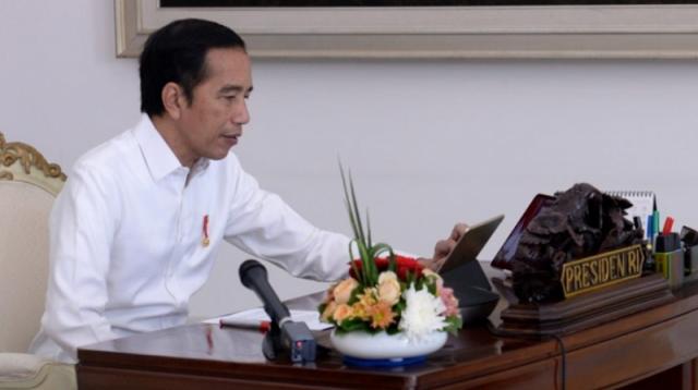 Presiden Joko Widodo memimpin rapat terbatas terkait laporan Tim Gugus Tugas Covid-19 melalui telekonferensi dari Istana Kepresidenan Bogor