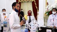Presiden Joko Widodo memperlihatkan sejumlah produk Alat Kesehatan Karya Anak Bangsa untuk menangani Covid-19 yang dipresentasikan di Istana Merdeka