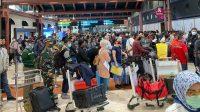 Terminal 2 Bandara Soetta disesaki penumpang yang hendak berpergian. (Foto: Reza Fahlevi)