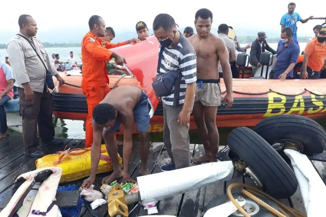 Tim SAR mencari pesawat yang jatuh di Danau Sentani, Jayapura. (Dok. Istimewa)