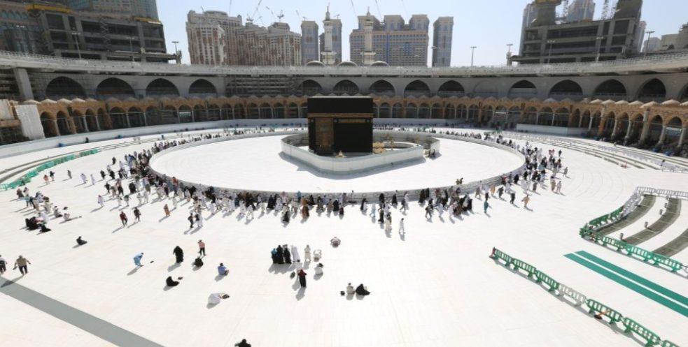 Umat Muslim mengelilingi Kabah di Mekah, Arab Saudi. (Foto: Bloomberg)