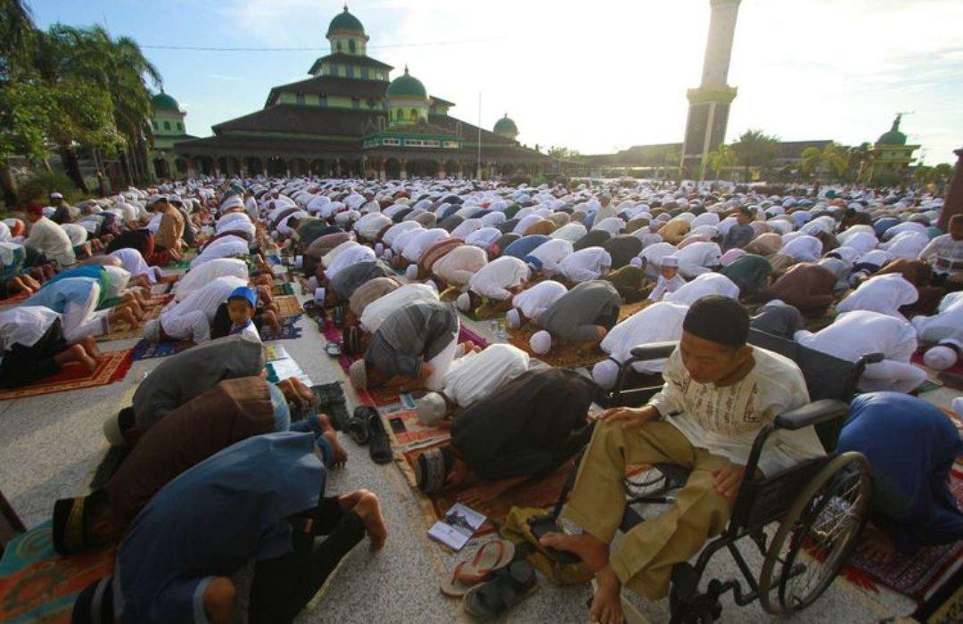 Umat islam melaksanakan shalat Id di Masjid Jami Banjarmasin, Kalimantan Selatan. (Foto: Antara)