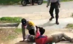 Viral 2 oknum polisi di Aceh Timur keroyok ODGJ (tangkapan layar)