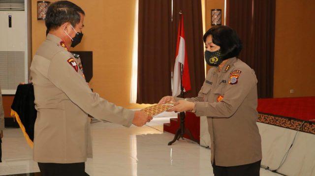 Kapolda DIY menyerahkan piagam penghargaan kepada Karo SDM Polda DIY Kombes Pol Endang Widowati, SH, SIK