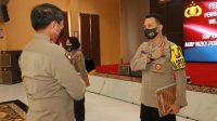 Kapolres Sleman memberi penghormatan kepada Kapolda DIY usai menerima piagam penghargaan Kapolri untuk WBK