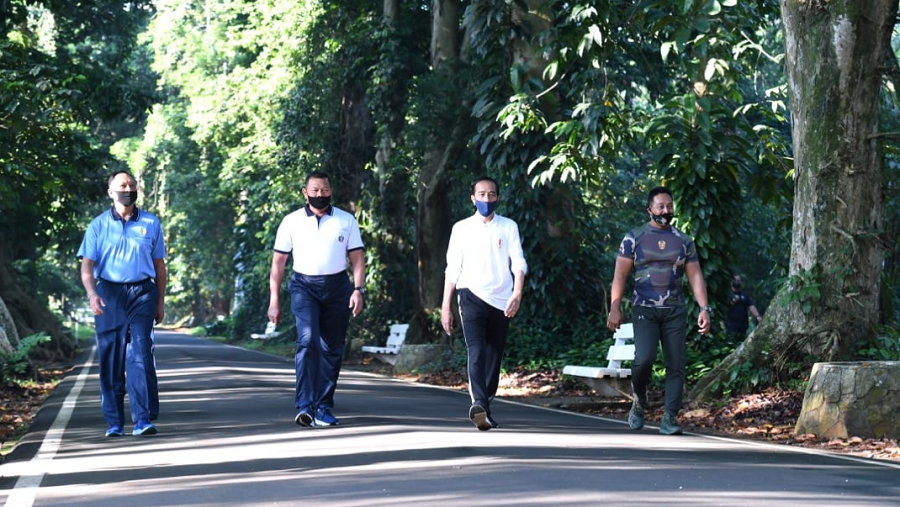 Kepala Negara juga menyampaikan pesan kepada TNI untuk tetap membantu dalam rangka mendisiplinkan masyarakat agar taat kepada protokol kesehatan