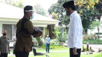 Presiden Joko Widodo terlebih dahulu dilakukan pemindaian suhu tubuh sebelum memasuki Masjid Baiturrahim