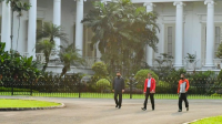 Presiden didampingi oleh Panglima TNI Marsekal Hadi Tjahjanto dan Kapolri Jenderal Idham Azis berolahraga di area sekitar Istana Kepresidenan Bogor