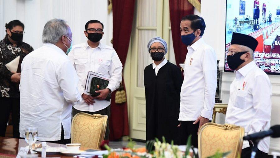 Presiden saat memimpin rapat terbatas mengenai antisipasi kebakaran hutan dan lahan di Istana Merdeka