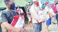 Bantuan diserahkan oleh tim dari Sekretariat Presiden bersama Paspampres di posko penanganan darurat bencana alam