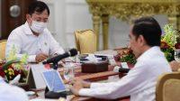 Presiden Joko Widodo saat memimpin rapat terbatas mengenai Percepatan Eliminasi Tuberkulosis di Istana Merdeka