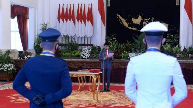 Presiden saat bertindak sebagai inspektur upacara dalam Prasetya Perwira TNI-Polri Tahun 2020 di Istana Negara