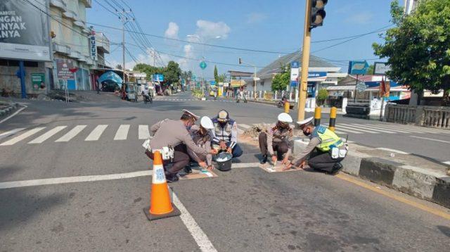Satlantas Polres Tanggamus membuat Ruang Henti Khusus di salah satu lampu merah di Kabupaten Tanggamus
