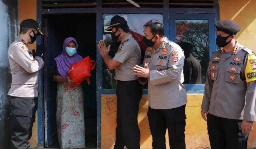 perwakilan alumni Akpol 1991 Batalyon Bhara Daksa membagikan sembako kepada masyarakat yang terdampak COVID-19 di wilayah Banten