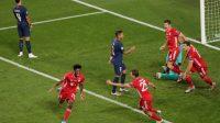 Pemain sayap Bayern Muenchen Kingsley Coman melakukan selebrasi