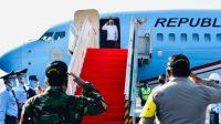 Presiden Jokowi Turun dari Pesawat