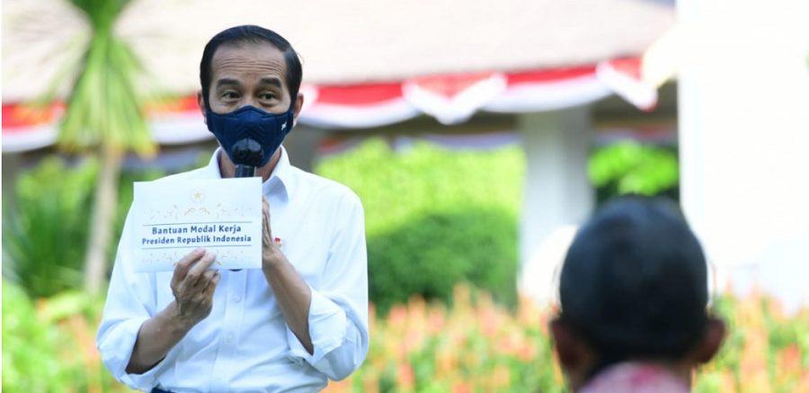 Sebanyak 71 pelaku usaha mikro dan kecil menerima bantuan modal kerja darurat sejumlah Rp2,4 juta tersebut di halaman Istana Merdeka