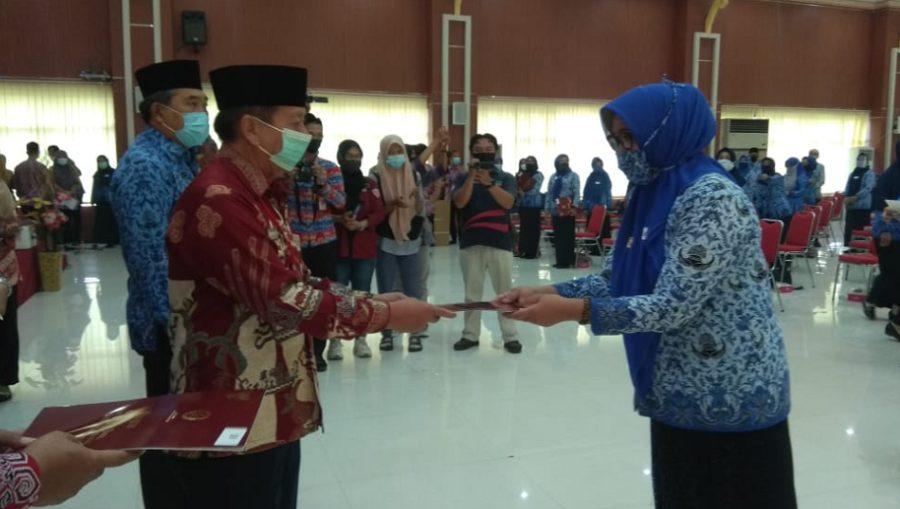 Herman HN Memberikan penganugerahan tanda kehormatan Satyalancana Karya Satya dari Presiden