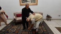 Perdana Menteri India sedang menyentuh kaki mantan presiden india