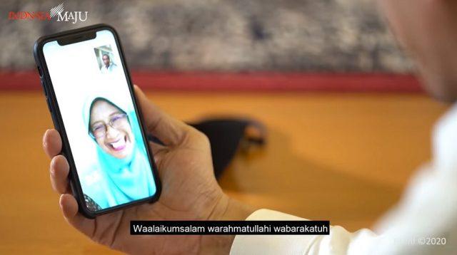 Presiden Jokowi Sedang Berbicara dengan Guru