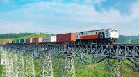 Kereta barang melintasi jembatan Gedebage - Cikubang Jawa Barat