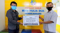 Kepala Sekolah SD BMD Pandeansari secara simbolis menyerahkan bantuan Donasi untuk korban bencana alam Kepada Lazismu DIY