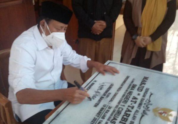 Gubernur Banten Menandatangani peresmian Masjid