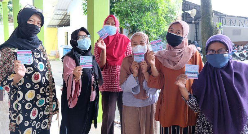 Guru SD Budi Mulia Dua Pandeansari Usai Vaksinasi Covid-19 Tahap Pertama