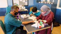 Sulton Kepala Sekolah SD Budi Mulia Dua Sedang melakukan Vaksinasi Tahap 1