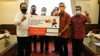 Vice President Area Account Management Telkomsel Ericsson Sibagariang dan Wagub Bali Tjokorda Oka Artha Ardhana Sukawati didampingi sejumlah kepala OPD usai penandatanganan kerjasama
