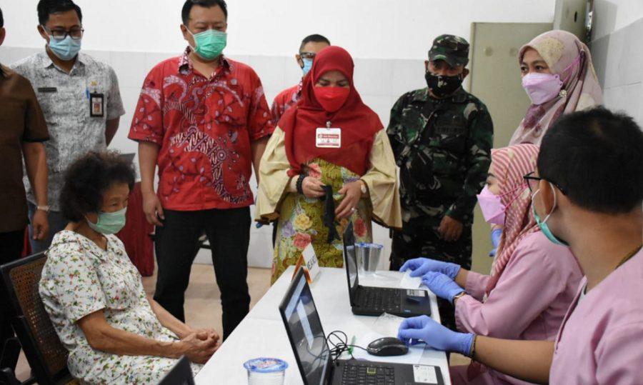 Wali Kota Bandar Lampung Eva Dwiana meninjau langsung pelaksanakan vaksinasi Covid-19