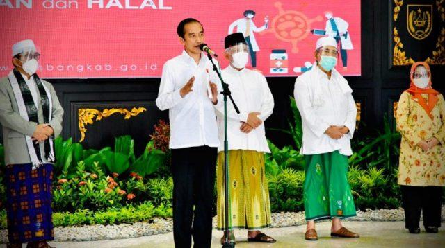 Presiden Joko Widodo menyampaikan keterangan pers selepas peninjauan vaksinasi massal di Pendopo Kabupaten Jombang