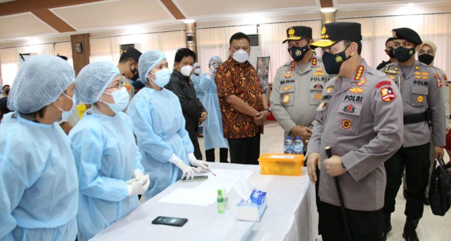 Kapolri Jenderal Polisi Listyo Sigit Prabowo meninjau vaksinasi Covid-19 di Sulawesi Utara