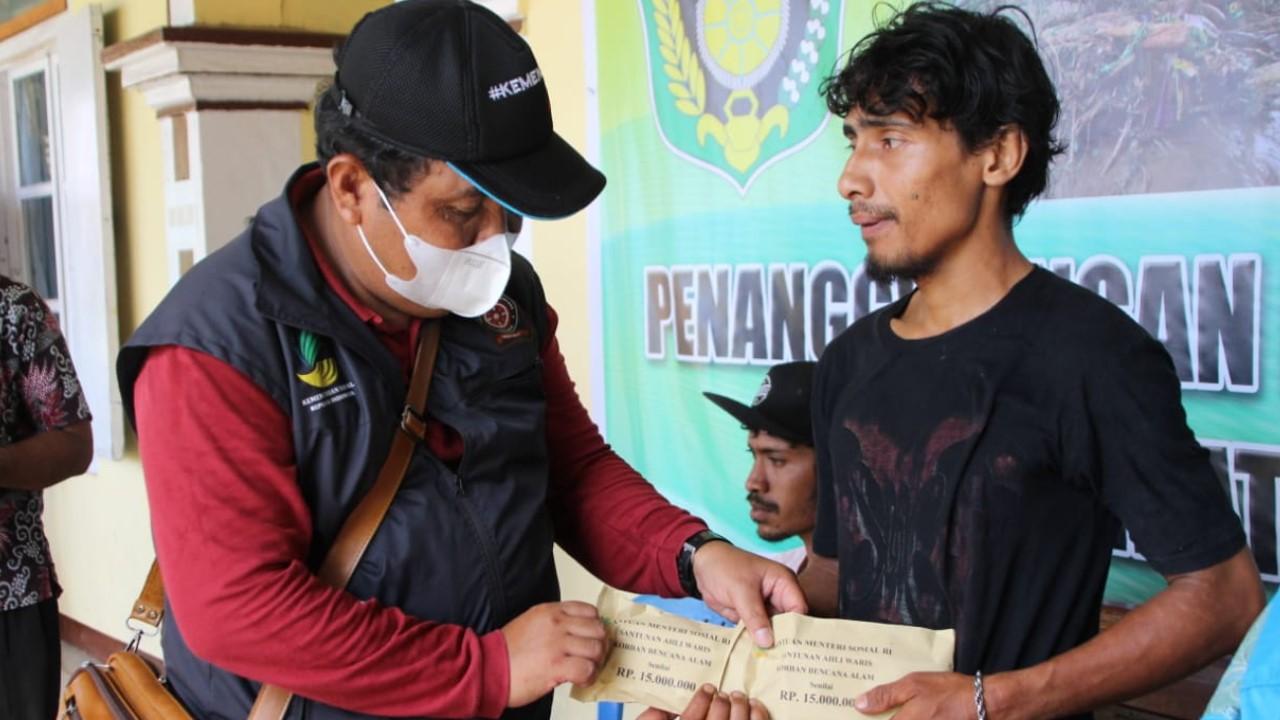 Kementerian Sosial menyerahkan santunan kepada salah satu ahli waris korban bencana banjir dan tanah longsor di Desa Nele Lamadike NTT