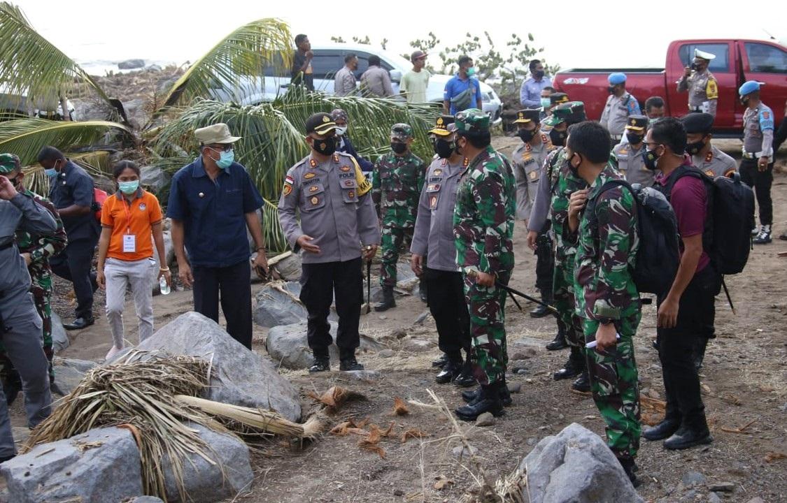 Panglima TNI Marsekal Hadi Tjahjanto dan Kapolri Jenderal Polisi Listyo Sigit Prabowo meninjau lokasi bencana alam banjir bandang dan tanah longsor di Nusa Tenggara Timur