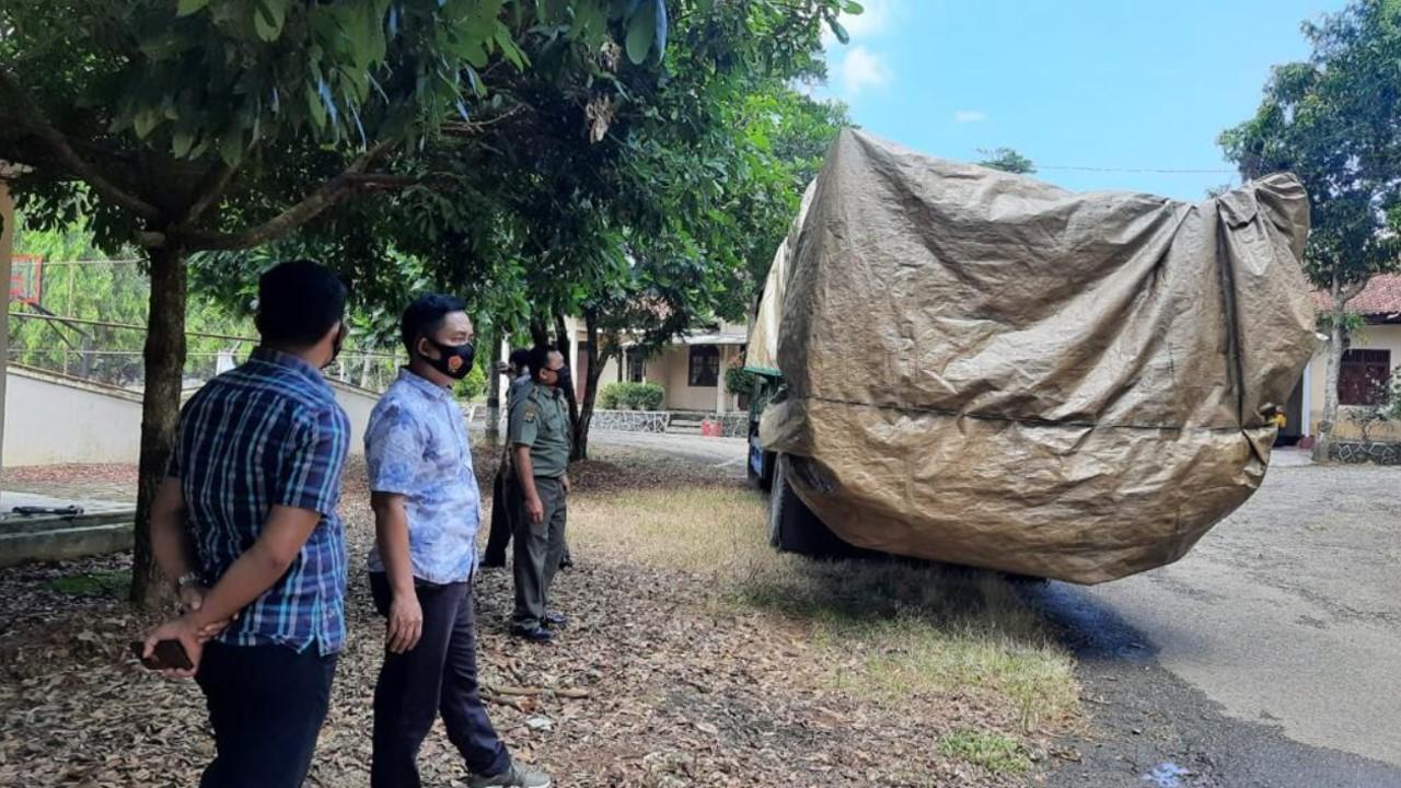 Polres Lampung Utara Amankan Kendaraan fuso bermuatan kayu gelondongan sonokling diwilayah simpang propau kecamatan Abung Selatan kabupaten Lampung Utara