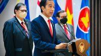 Presiden Joko Widodo menyampaikan keterangan pers selepas mengikuti ASEAN Leaders' Meeting di Sekretariat ASEAN
