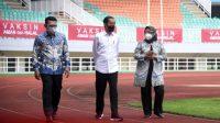 Presiden Joko Widodo meninjau langsung pelaksanaan vaksinasi Covid-19 massal di Stadion Pakansari
