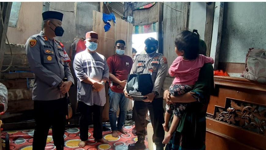 AKBP Eko Hartanto SIK MH ketika menjenguk Tari Aulia penderita hidrosefalus