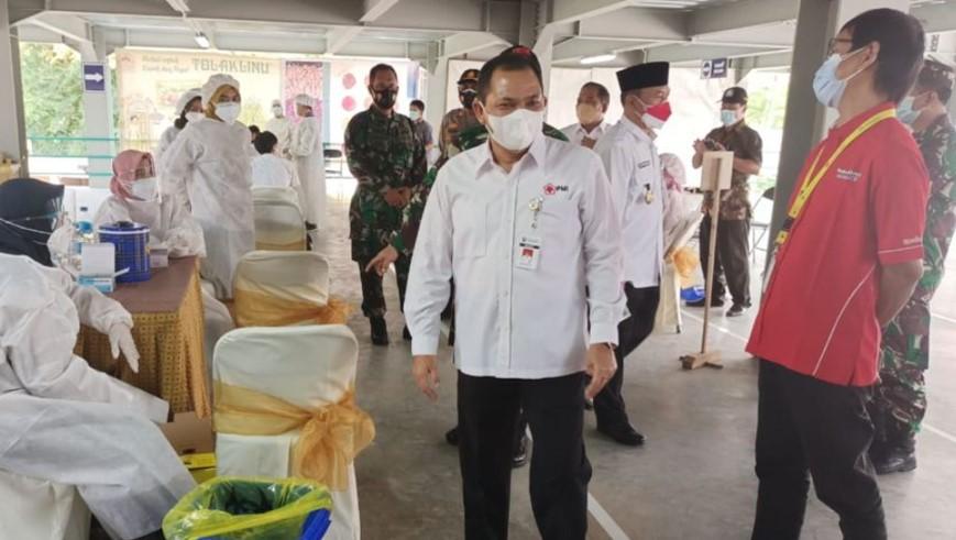 Bupati Semarang Ngesti Nugraha meninjau pelaksanaan vaksinasi di pabrik jamu PT Sidomuncul
