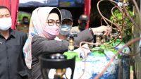 Bupati Sukoharjo Etik Suryani melakukan bakti sosial oksigen di Sukoharjo